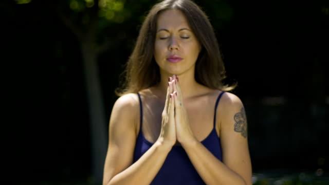 Weibliche-Falten-Yogi-meditierend-Hände-im-Namaste-Universum-bedanken