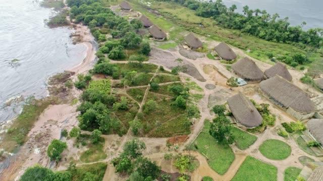 Vista-aérea-de-la-laguna-de-Canaima-Parque-Nacional-cascadas-y-pueblo-indígenas-