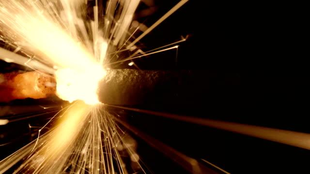 4K---movimiento-de-fuego-en-un-cable-de-encendido-Close-up