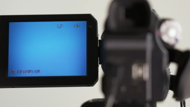 Indicadores-en-pantalla-LCD-de-la-videocámara-digital-al-rebobinar-la-cinta-de-cassette-de-mini-DV