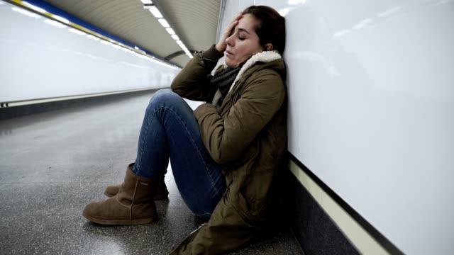 Hoffnungslos-und-erschöpften-Frau-leiden-Depressionen-und-Angstzuständen-in-u-Bahn-Tunnel-in-Work-Life-Balance-Probleme-Negative-Körperbild-finanziellen-Schwierigkeiten-und-psychischen-Stress-Veranstaltungen-und-Loos-Geliebten-