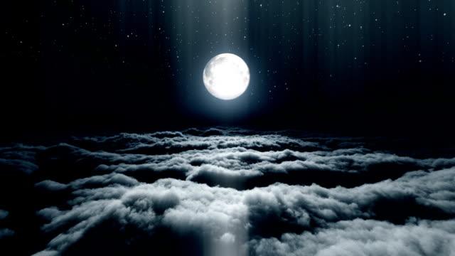 por-encima-de-la-luna-llena-de-nubes