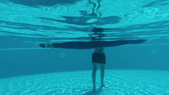 Nadar-en-la-piscina,-colchón-inflable-para-piscina