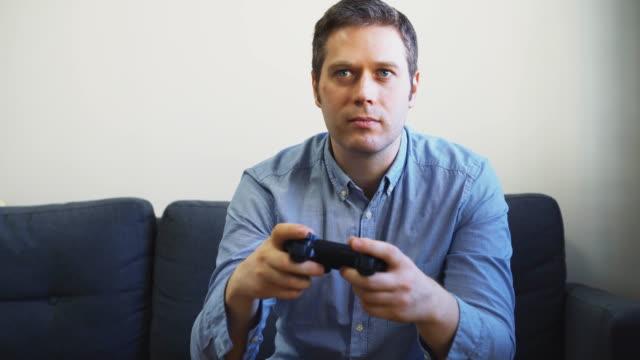 Hombre-jugando-al-fútbol-de-videojuegos-en-la-televisión-Controlador-Gamepad-en-las-manos-