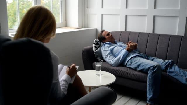 Psicólogo-invitado-hombre-triste