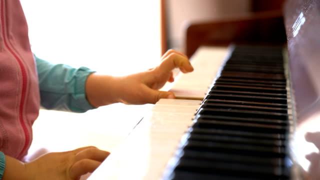 niña-aprende-a-tocar-el-piano