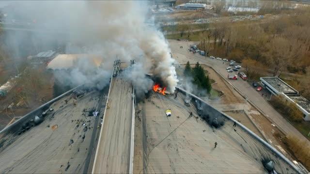 Vista-aérea-de-los-bomberos-apagan-un-fuego-grande-en-la-azotea-del-edificio-