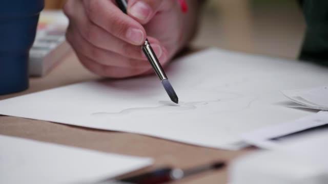 Del-artista-de-las-manos-con-un-cepillo-de-pintura