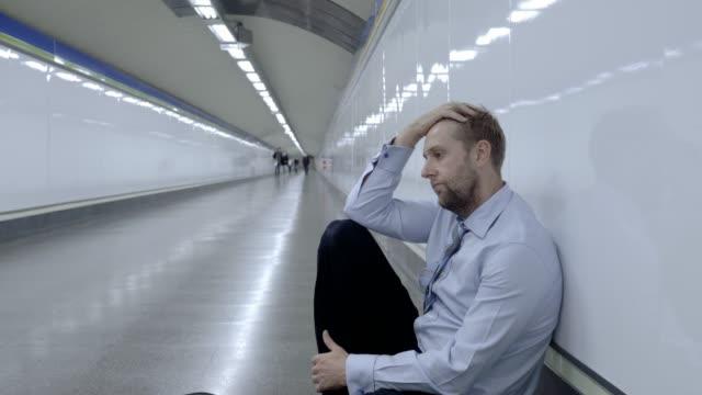 Empresario-joven-triste-desesperado-sufrimiento-dolor-dolor-emocional-y-depresión-profunda-sentado-solo-en-el-metro-de-túnel-en-estrés-estilo-de-vida-trabajo-problemas-falta-desempleo-mentales-y-depresión-