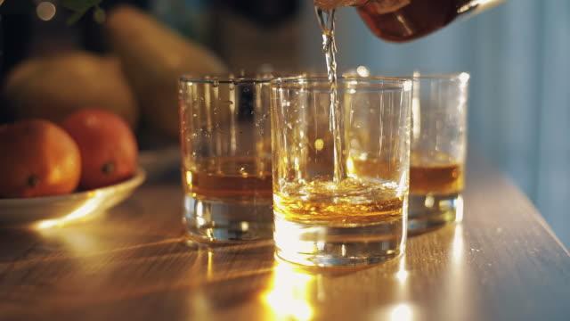 Kalten-Whisky-Gießen-in-Glas
