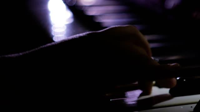 Un-niño-toca-el-piano