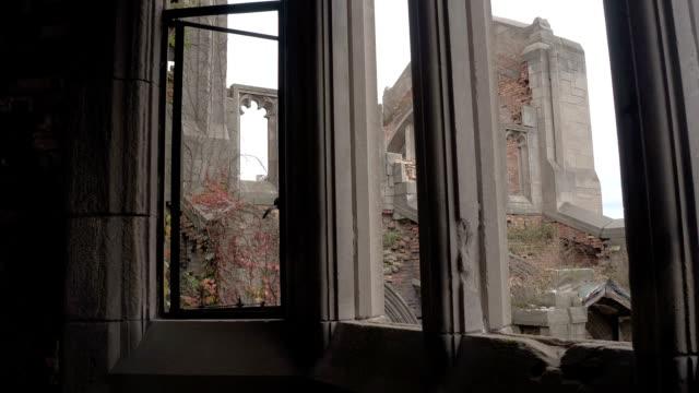 FPV:-Blick-durch-die-Fenster-im-eingestürzten-Sanctuary-in-Stadt-methodistischen-Kirche