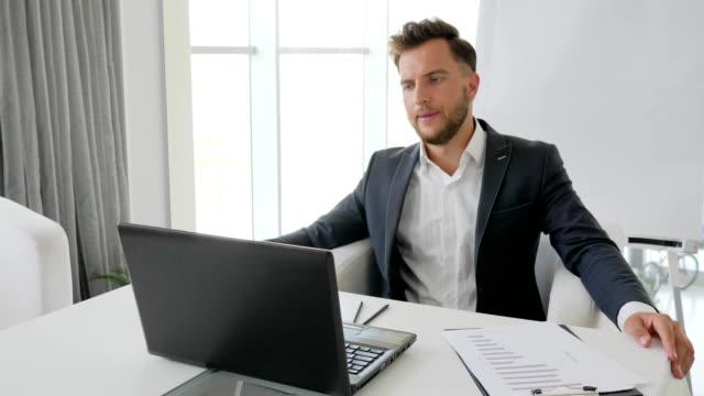 fracaso-de-negocios-de-jóvenes-Ejecutivo-estrés-del-jefe-de-la-oficina-de-trabajo-la-derrota-en-negocio