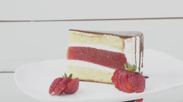 cake-with-strawberry-jelly