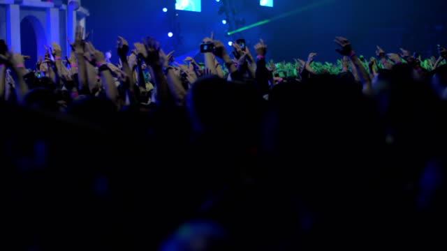 Feliz-y-emocionado-público-bailando-en-el-concierto
