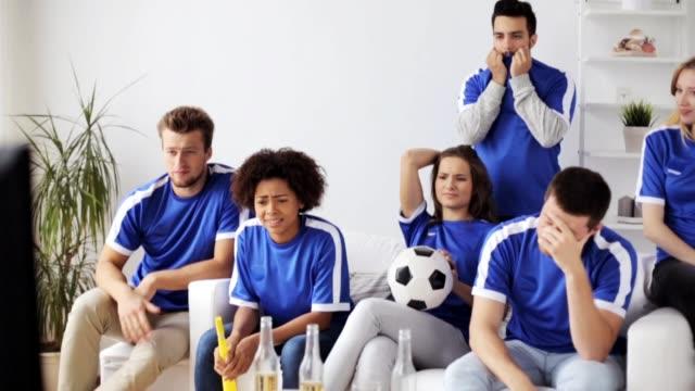 Freunde-oder-Fußball-Fans-zu-Hause-Fussball