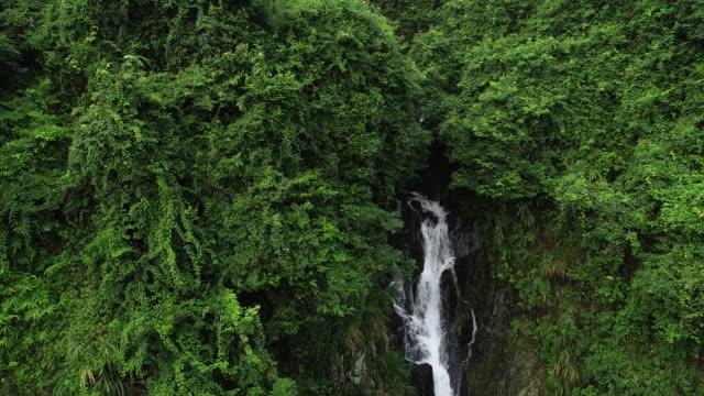 Vista-aérea-de-cascada-en-las-montañas-de-Selva-Tropical