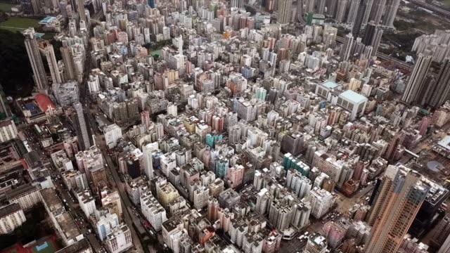 Vista-aérea-de-apartamentos-Hong-Kong-en-el-fondo-del-paisaje-urbano-Barrio-residencial-en-la-ciudad-inteligente-en-Asia-Edificios-al-atardecer-