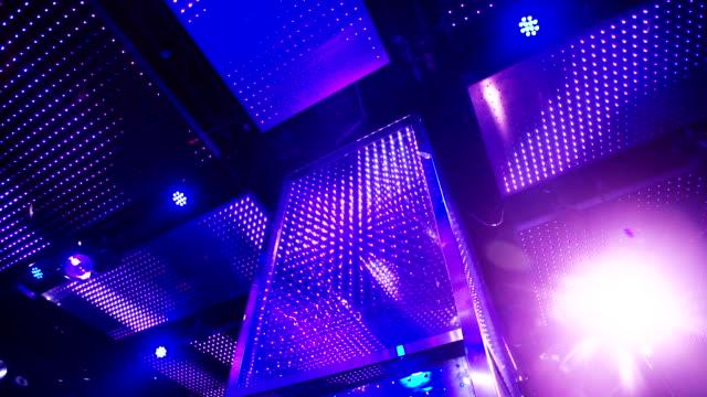 Toma-de-apertura-de-club-nocturno-discoteca-luces