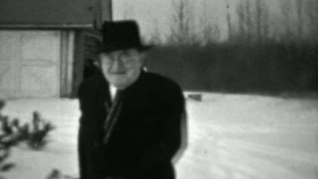 1937-:-Alegre-hombre-viejo-deslizamiento-sobre-hielo-invierno-frío-clima-casi-falls-