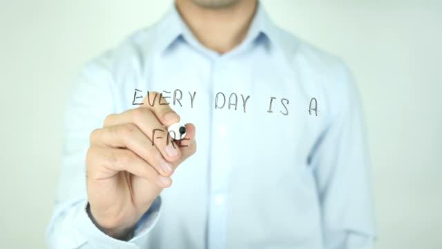Cada-día-es-un-comienzo-fresco-escritura-en-pantalla-transparente