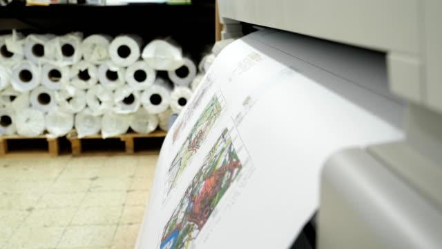 Impresora-de-gran-formato-imprime-y-corta-el-dibujo-del-proyecto