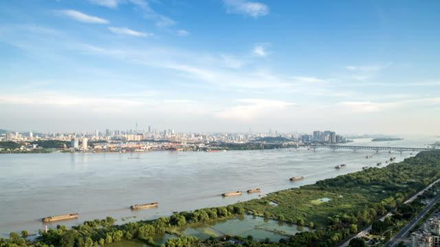 Lapso-de-tiempo-del-horizonte-de-río-Yangtsé-en-la-ciudad-de-nanjing-china-día-nublado-puesta-del-sol
