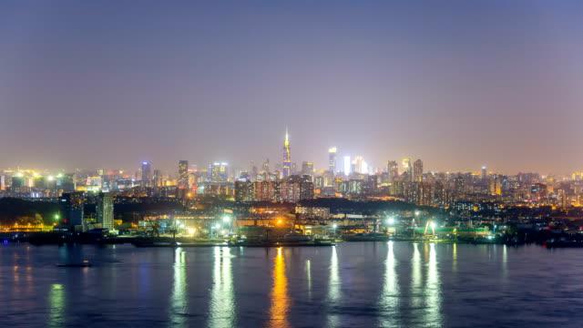 Lapso-de-tiempo-del-horizonte-de-río-Yangtsé-en-la-ciudad-de-nanjing-china-de-día-a-noche