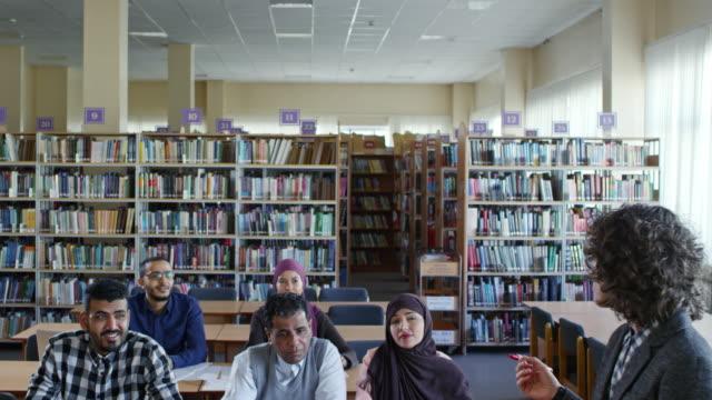Mujer-enseñanza-inmigrantes-adultos