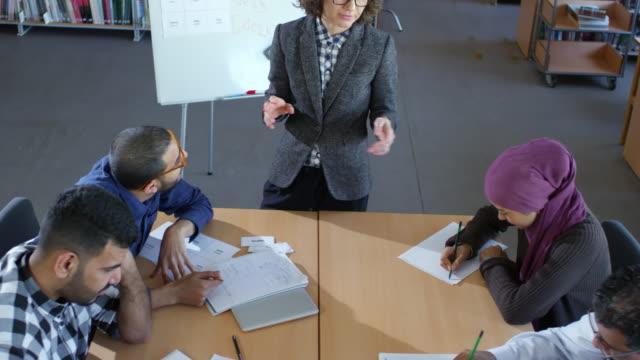Flüchtling-Schüler-schreiben-auf-Englisch-Unterricht