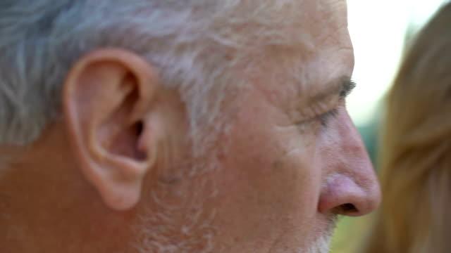 Alter-Mann-aufgeregt-Ehefrau-nach-schlechten-Nachrichten-über-die-unheilbare-Krankheit-zu-unterstützen