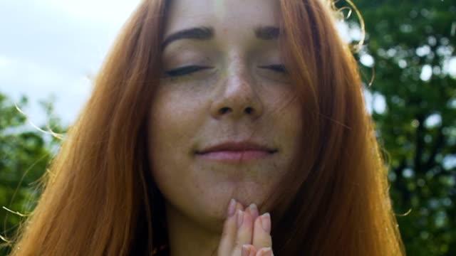 Oración-hermosa-mujer-manos-en-Namasté-bendito-verano-lluvia-unida-con-la-naturaleza