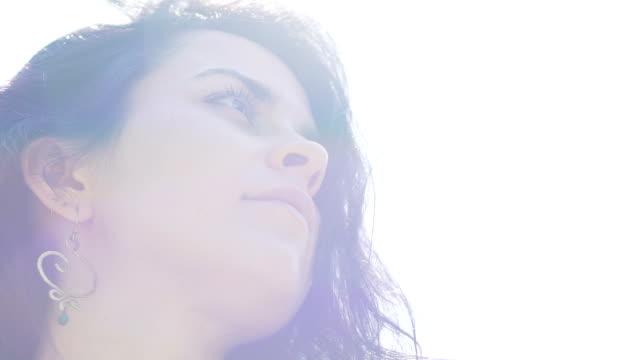 Fieles-ven-hermosa-mujer-en-haze-sol-presencia-de-Dios-revelación-repentina