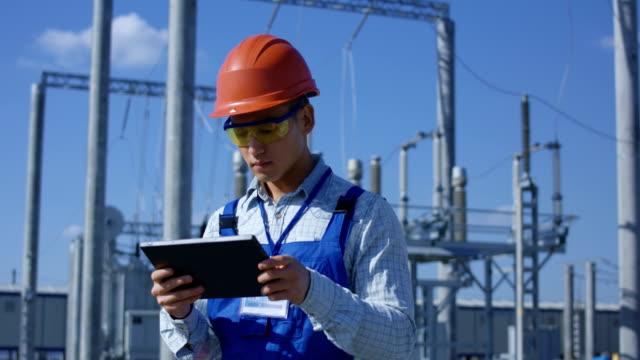 Elektrischen-Arbeiter-auf-einem-Tablet-außerhalb