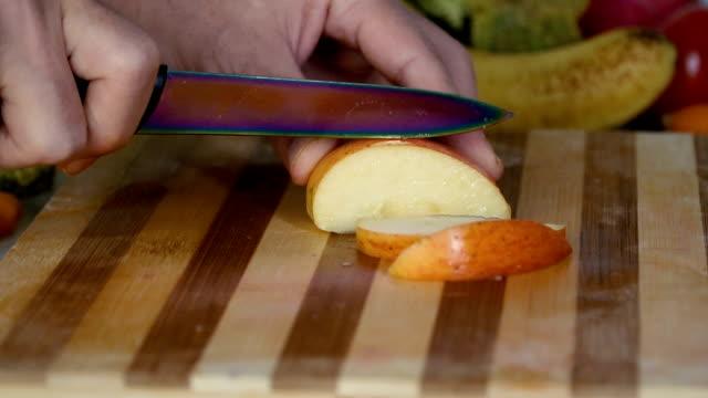 Hombre-es-cortar-manzana-en-cámara-lenta