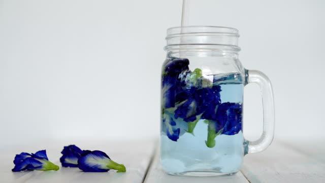 Paso-de-hacer-un-agua-de-flor-de-guisante-de-mariposa-empapado-bebida-hierbas-infundido-agua-desintoxicación-saludable