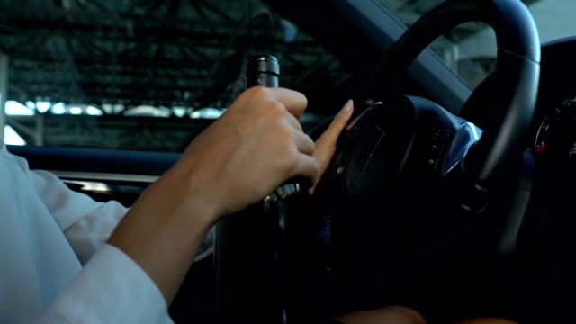 Weiblich-Wein-zu-trinken-während-Fahrzeug-fahren-Gefahren-und-Risiken-der-Autounfall