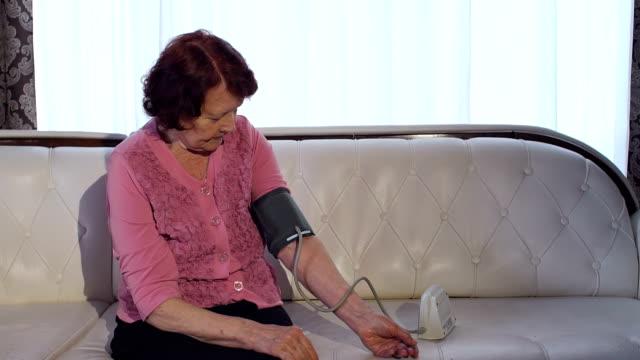 Mujer-mide-su-presión-arterial-en-casa-