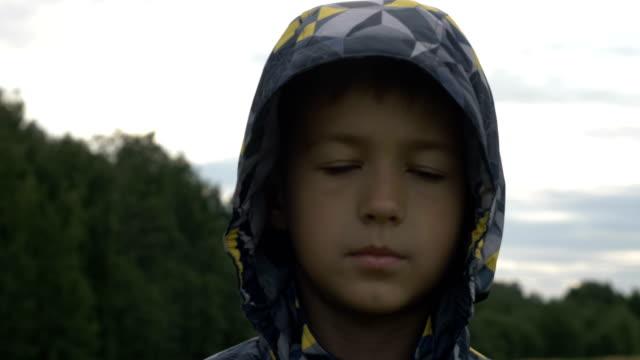 niño-refugiado-mira-compasivamente-a-la-cámara-muchacho-sin-hogar-dolor-en-la-cara