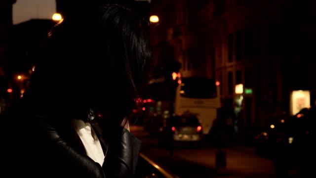 Triste-deprimido-solo-en-la-calle-el-perfil-de-la-mujer-China-en-la-noche
