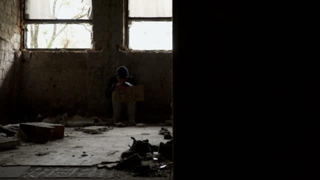Congelado-de-desamparados-hambrientos-con-la-placa-de-ayuda-se-encuentra-en-edificio-abandonado