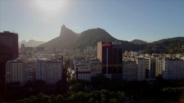 Rio-de-Janeiro-aéreo:-mover-hacia-los-lados-a-través-de-playa-Botafogo-con-Cristo-Redentor-en-el-fondo-y-edificios-de-gran-altura-en-primer-plano