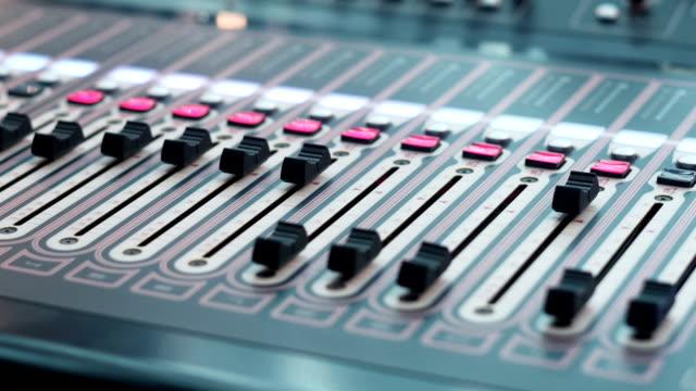 Consola-de-estudio-con-muchos-botones-y-pantallas-en-el-estudio-del-bloque-de-Hardware