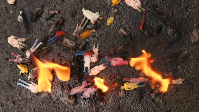 Quema-de-personas-Modelos-de-personas-que-están-quemando-El-concepto-de-agresión-ecología-peligro-Cámara-lenta-