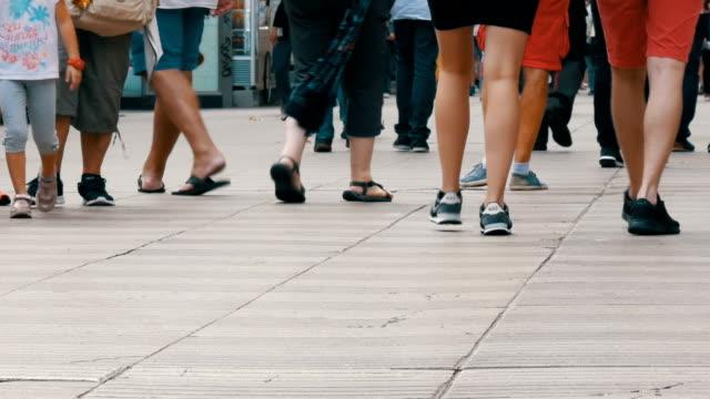Menschen-Fußgänger-Fuß-Kreuz-Großstadt-Spuren-von-einer-Menschenmenge-gehen-auf-Geschäftsreise-in-der-Metropole