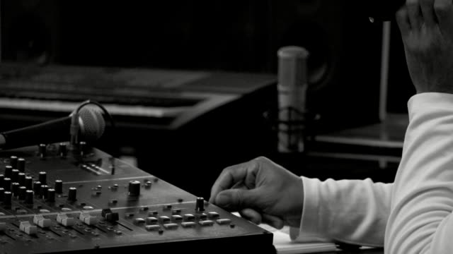Musikproduzent-Arbeiten-im-Tonstudio-