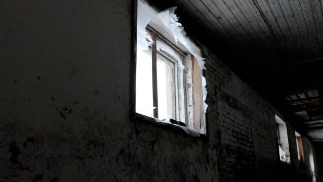 zerbrochenes-Fenster-in-einem-alten-verlassenen-Gebäude