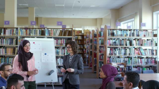 Estudiante-musulmana-hablando-en-clase-de-inglés