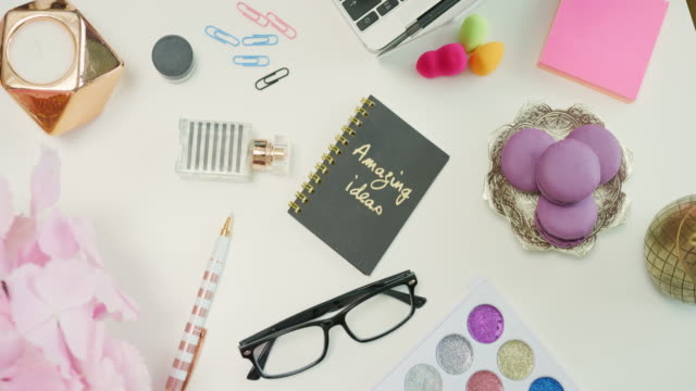 Blogger-de-moda-usando-tarjeta-de-crédito-y-computadora-portátil-de-cosméticos-4K