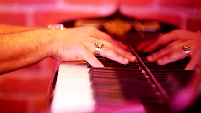 Los-dedos-de-los-hombres-se-clasifican-en-las-teclas-del-piano-Noche-en-el-bar-de-jazz